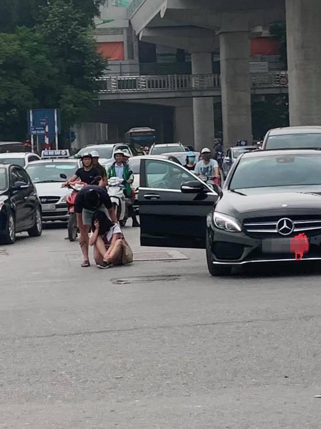 Cô gái lao từ Mercedes ra giữa đường để ăn vạ, bạn trai dỗ mãi chẳng được - Ảnh 1.
