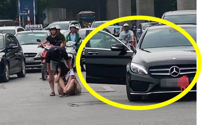 """Cô gái lao từ Mercedes ra giữa đường để """"ăn vạ"""", bạn trai dỗ mãi chẳng được"""