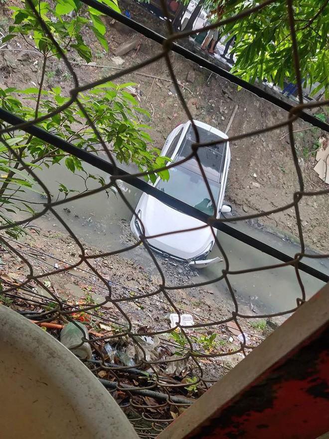 Chiếc ô tô trắng lao xuống mương khiến dân mạng hoang mang không rõ lí do - Ảnh 2.
