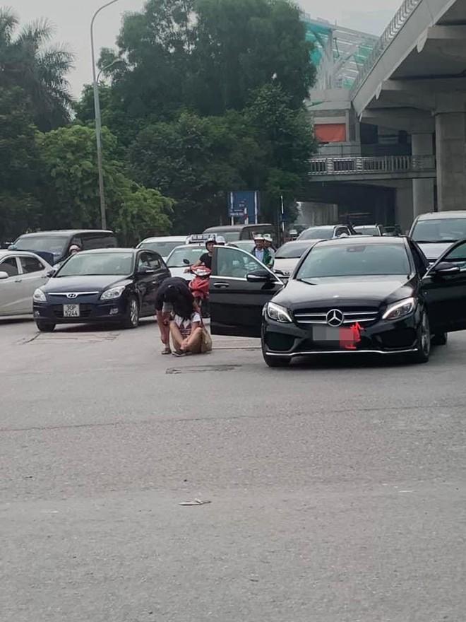 Cô gái lao từ Mercedes ra giữa đường để ăn vạ, bạn trai dỗ mãi chẳng được - Ảnh 2.