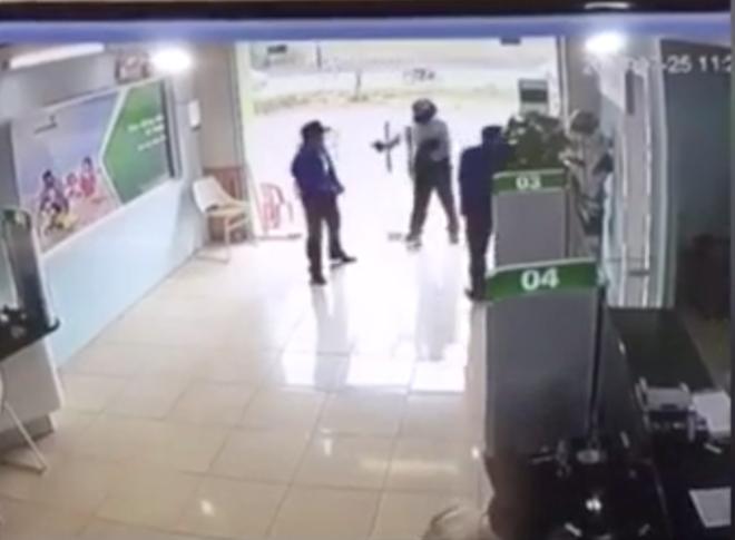 Vụ tên cướp xông vào ngân hàng: Vừa đến cửa, tên cướp bị bảo vệ ngăn lại nên nổ súng - Ảnh 1.