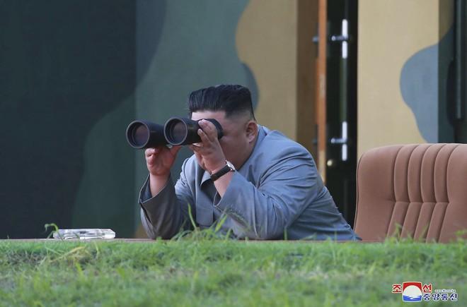Cận cảnh hình ảnh đòn răn đe nghiêm khắc của Kim Jong Un nhằm vào đối thủ - Ảnh 1.