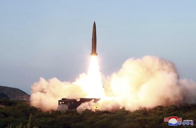 Cận cảnh hình ảnh đòn răn đe nghiêm khắc của Kim Jong Un nhằm vào đối thủ - Ảnh 2.