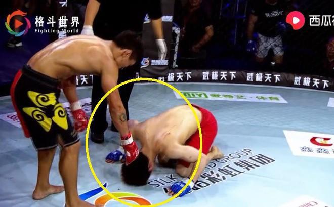 Võ sĩ Nhật Bản hết nằm sàn chọc tức lại quỳ lạy tay đấm Trung Quốc sau trận đấu nghẹt thở