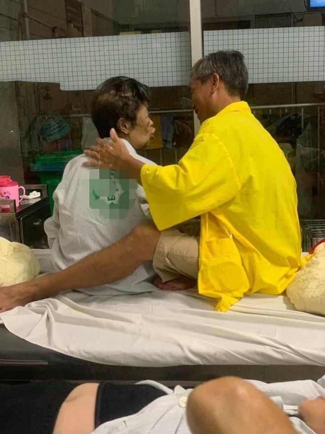 Hình ảnh đôi vợ chồng già trên giường bệnh khiến nhiều người chứng kiến xúc động - Ảnh 1.