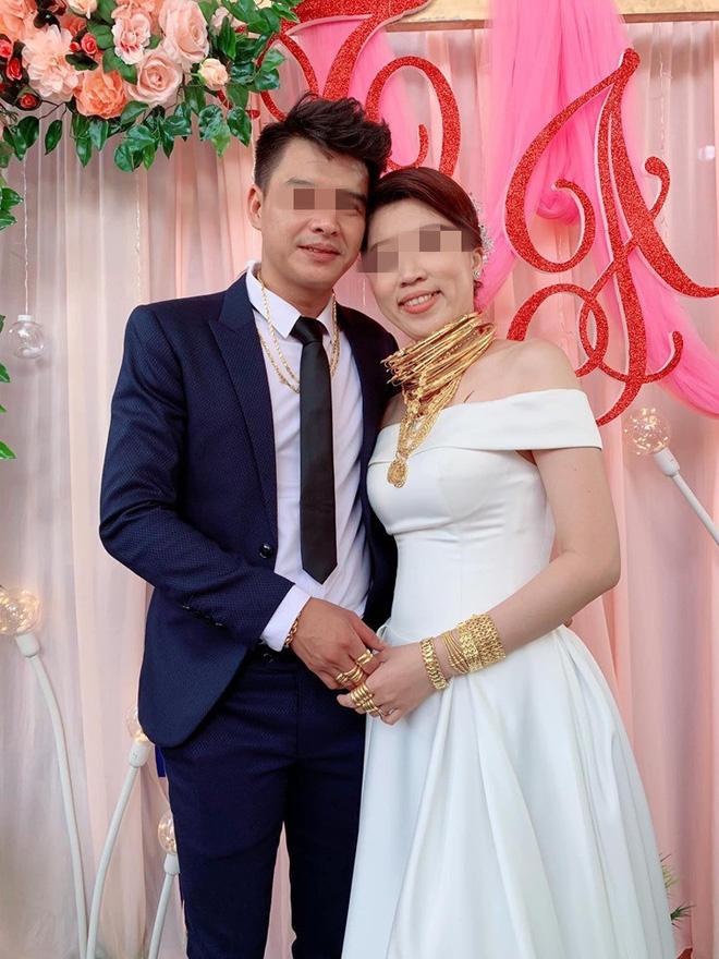 Hình ảnh cô dâu đeo vàng nặng trĩu cổ và kín 2 bàn tay trong ngày cưới khiến dân mạng trầm trồ - Ảnh 2.