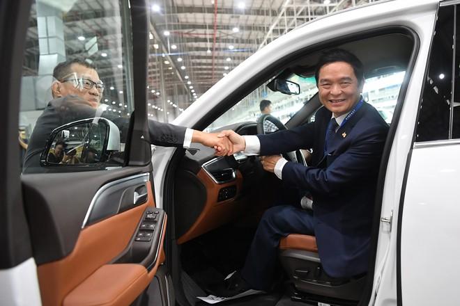 Lần đầu lái chiếc xe 1,4 tỷ đồng của VinFast, sếp Địa ốc Hoà Bình cảm thán: Êm hơn cả BMW hay Mercedes - Ảnh 1.