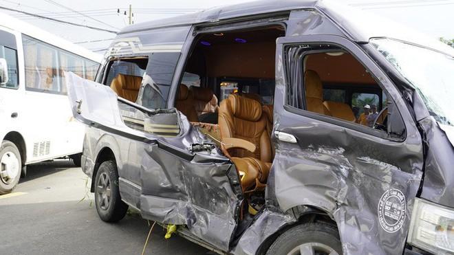 CLIP: Sau tiếng động, tá hỏa với xe Limousine nằm dưới hố, xe khách lao sát nhà dân - Ảnh 4.