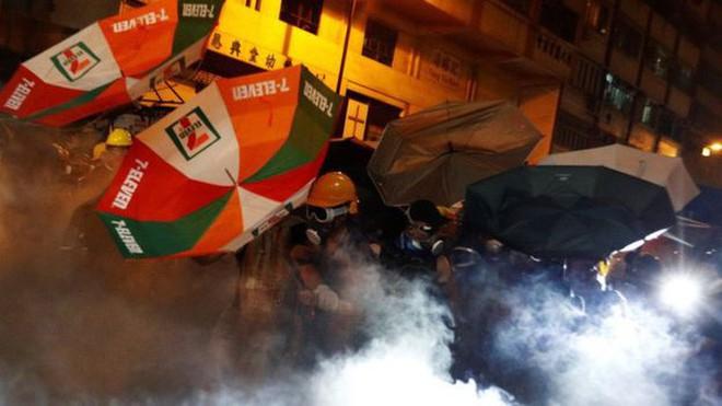 Hồng Kông trấn áp người biểu tình tiếp cận văn phòng đại diện Trung Quốc - Ảnh 1.
