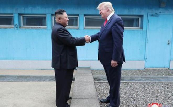 """Tiết lộ hậu trường Mỹ-Triều: Chuyện TT Donald Trump """"nóng lòng"""" bước qua biên giới Triều Tiên"""