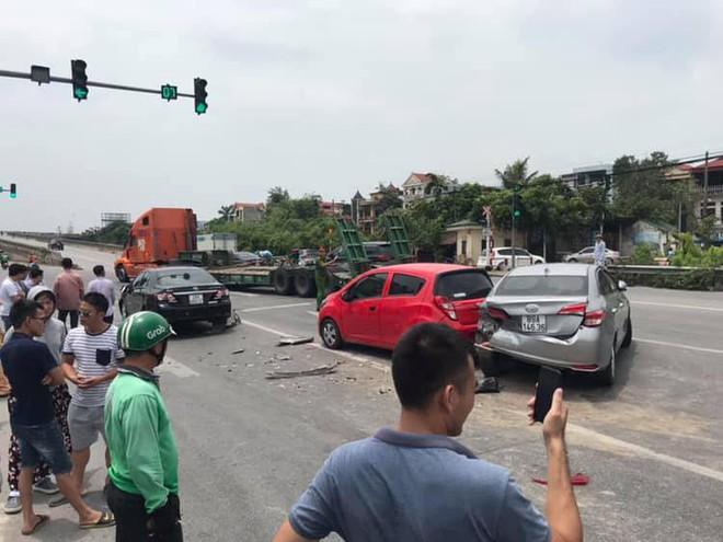 Clip: Khoảnh khắc ô tô lao như tên bắn, tông nhiều xe dừng đèn đỏ trên phố Hà Nội - Ảnh 4.