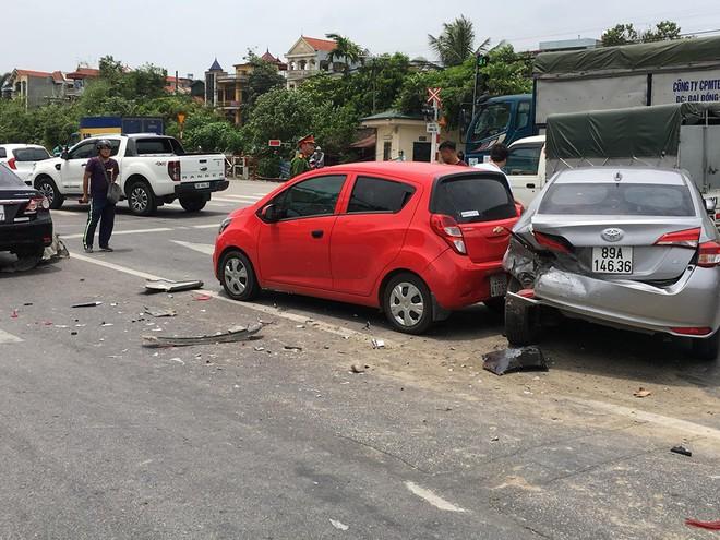 Clip: Khoảnh khắc ô tô lao như tên bắn, tông nhiều xe dừng đèn đỏ trên phố Hà Nội - Ảnh 3.