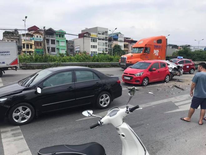 Clip: Khoảnh khắc ô tô lao như tên bắn, tông nhiều xe dừng đèn đỏ trên phố Hà Nội - Ảnh 2.