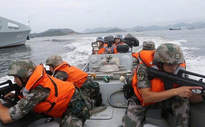 """Đăng ảnh quân đội tập """"điều động khẩn"""", TQ có ẩn ý ngầm giữa lúc Hong Kong rúng động vì bạo lực"""