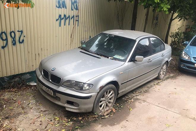 Chiếc BMW nằm chỏng chơ trên đường Đại Mỗ - Hà Nội từ trước Tết, không ai đến lấy - Ảnh 1.