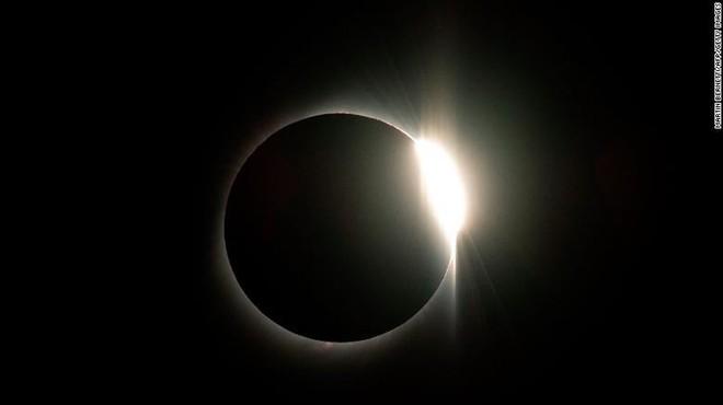 Những hình ảnh đầu tiên về nhật thực toàn phần vừa nuốt trọn Nam Mỹ - Ảnh 3.