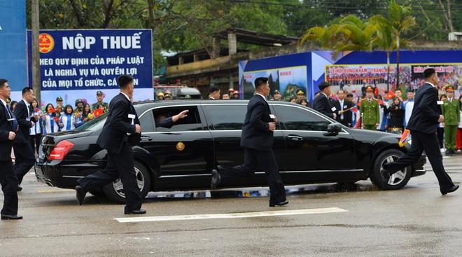Tiết lộ lý do bất ngờ nhóm vệ sĩ chạy bộ theo xe Chủ tịch Kim Jong-un - Ảnh 1.