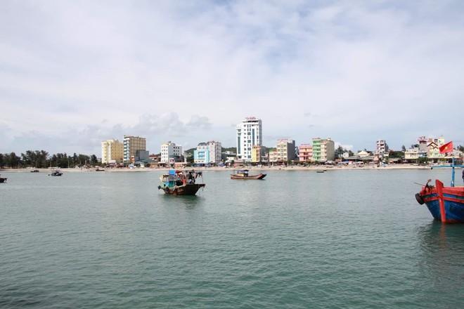 Quảng Ninh cấm tàu, ngàn du khách muốn trải nghiệm đón bão ở Cô Tô - Ảnh 2.