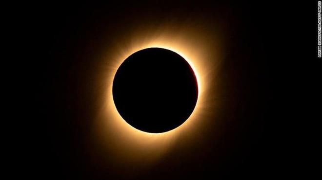 Những hình ảnh đầu tiên về nhật thực toàn phần vừa nuốt trọn Nam Mỹ - Ảnh 4.