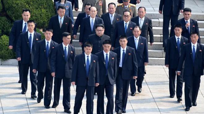Tiết lộ lý do bất ngờ nhóm vệ sĩ chạy bộ theo xe Chủ tịch Kim Jong-un - Ảnh 6.