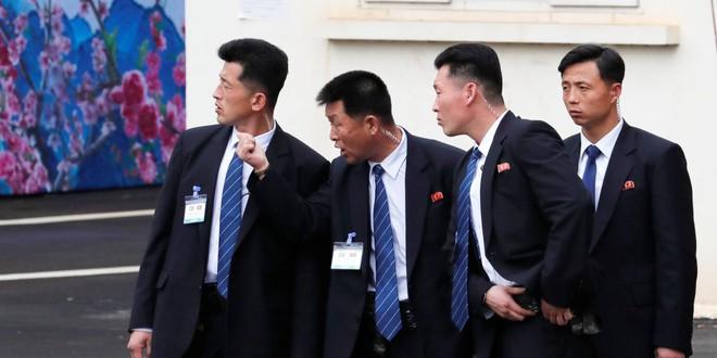 Tiết lộ lý do bất ngờ nhóm vệ sĩ chạy bộ theo xe Chủ tịch Kim Jong-un - Ảnh 7.