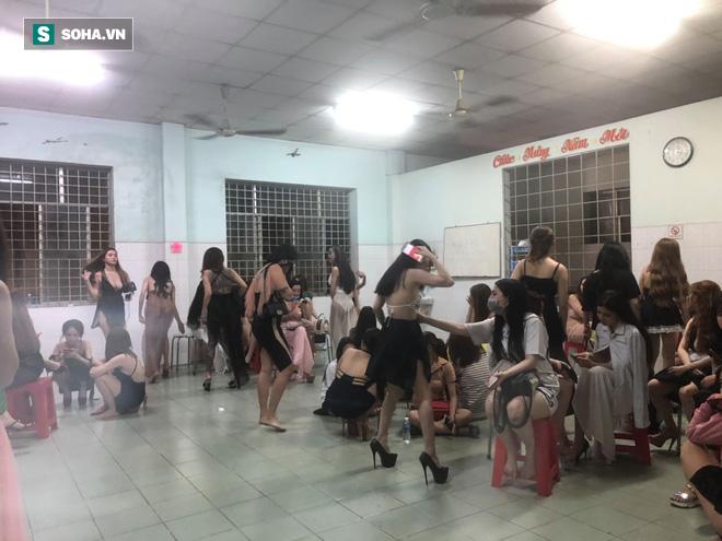 [Ảnh] Đột kích các tụ điểm ăn chơi nổi tiếng ở Sài Gòn, cả trăm nữ tiếp viên mặc sexy đang chờ khách - Ảnh 2.