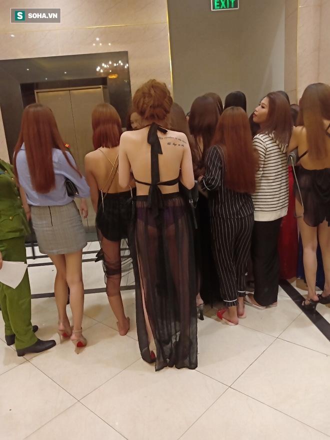 [Ảnh] Đột kích các tụ điểm ăn chơi nổi tiếng ở Sài Gòn, cả trăm nữ tiếp viên mặc sexy đang chờ khách - Ảnh 5.