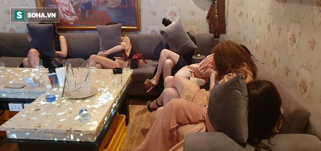 [Ảnh] Đột kích các tụ điểm ăn chơi nổi tiếng ở Sài Gòn, cả trăm nữ tiếp viên mặc sexy đang chờ khách - Ảnh 6.