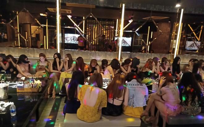 [Ảnh] Đột kích các tụ điểm ăn chơi nổi tiếng ở Sài Gòn, cả trăm nữ tiếp viên mặc sexy đang chờ khách