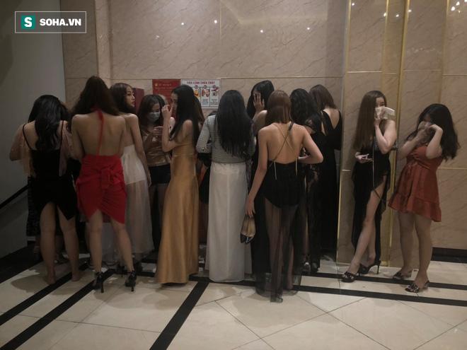 [Ảnh] Đột kích các tụ điểm ăn chơi nổi tiếng ở Sài Gòn, cả trăm nữ tiếp viên mặc sexy đang chờ khách - Ảnh 9.