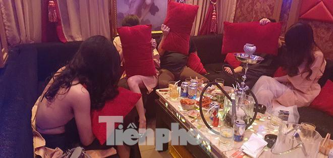 Nữ tiếp viên ăn mặc khiêu dâm phục vụ khách trong nhà hàng ở Sài Gòn - Ảnh 1.
