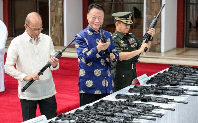 """Biển Đông: Đại sứ TQ trấn an Philippines """"TQ sẽ không bao giờ khai hỏa trước"""", Manilla nói gì?"""