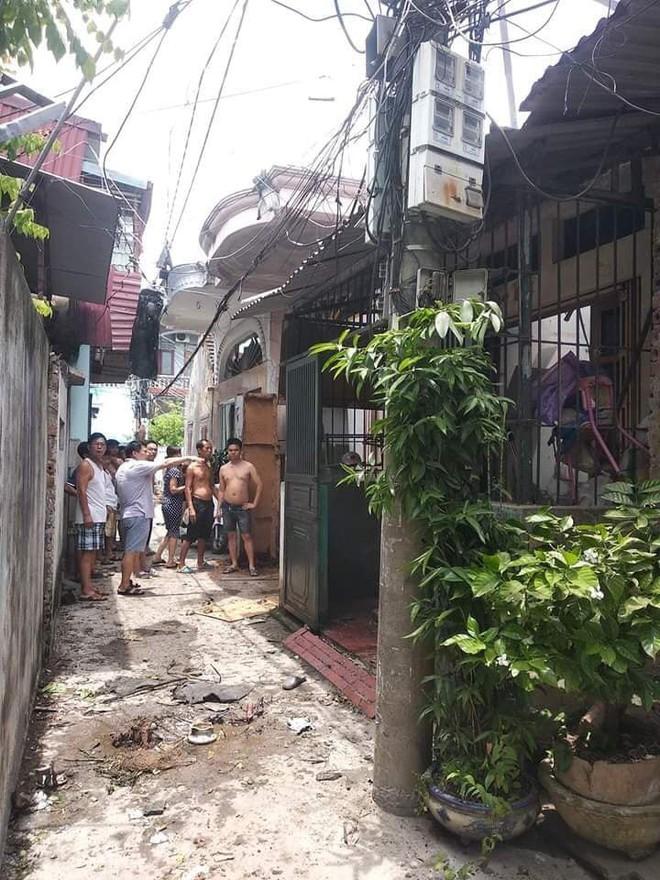 Hiện trường vụ nổ khiến mặt đất rung chuyển, nhà thủng mái và một phụ nữ tử vong ở Hải Phòng - Ảnh 1.