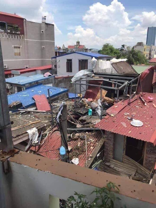 Hiện trường vụ nổ khiến mặt đất rung chuyển, nhà thủng mái và một phụ nữ tử vong ở Hải Phòng - Ảnh 2.