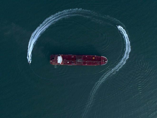 Vụ bắt tàu chở dầu Iran: Thủy thủ đoàn sốc nặng vì lính Anh chĩa súng vào người, bắt quỳ - Ảnh 1.