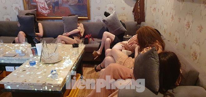 Nữ tiếp viên ăn mặc khiêu dâm phục vụ khách trong nhà hàng ở Sài Gòn - Ảnh 8.
