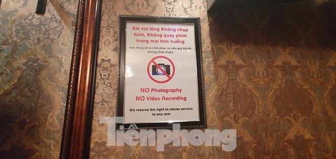 Nữ tiếp viên ăn mặc khiêu dâm phục vụ khách trong nhà hàng ở Sài Gòn - Ảnh 10.