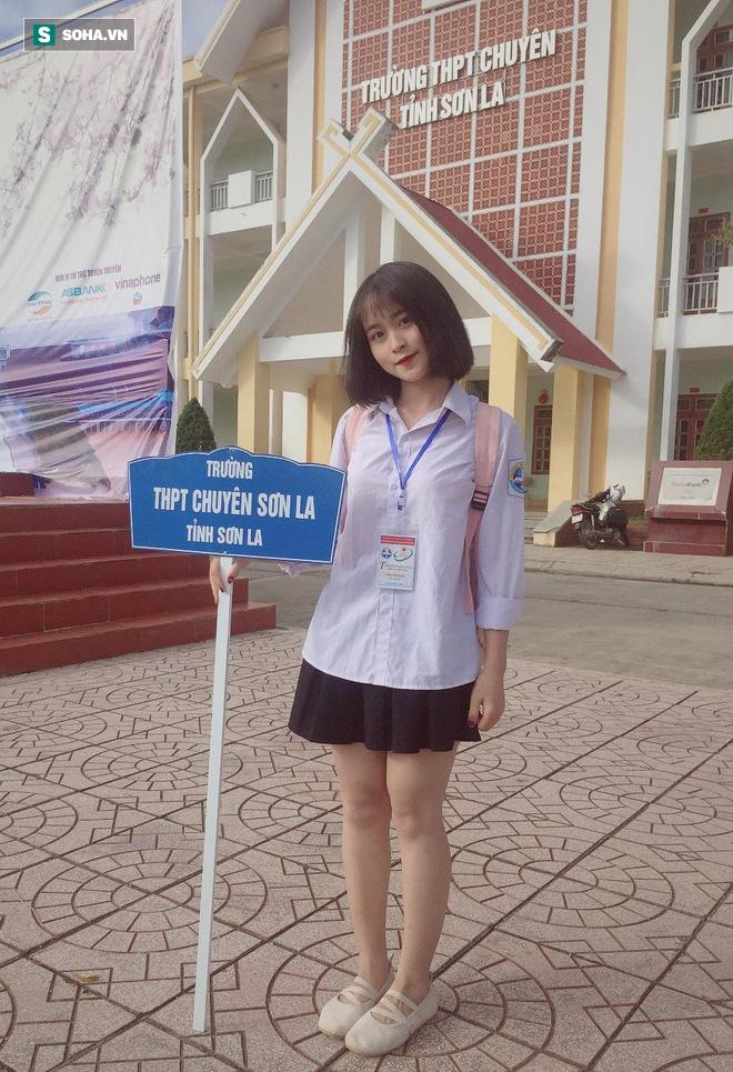 Cầm biển tên trường, cô gái 16 tuổi gây bão sau bức hình mặc áo dài vô tình được chụp - Ảnh 6.