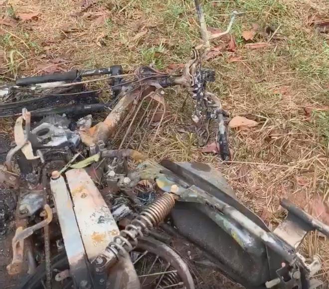 Người đàn ông chết lõa thể trong đồi keo cạnh chiếc xe máy bị cháy - Ảnh 1.