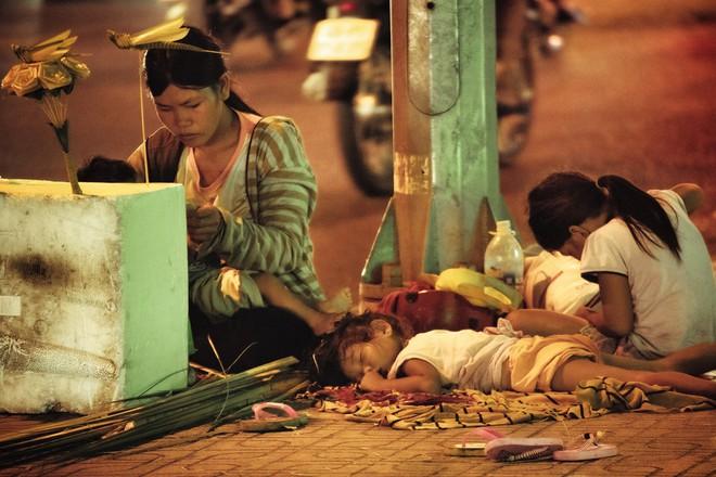 Rút tờ 20 nghìn giúp 4 mẹ con vô gia cư, nhiếp ảnh gia thẹn thùng trước lời đáp của chị - Ảnh 2.