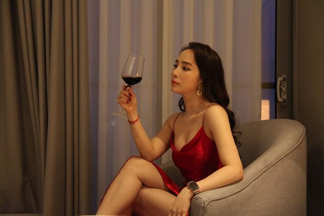 Quỳnh Nga gặp tai nạn nghề nghiệp trong cảnh nóng nhất phim Về nhà đi con - Ảnh 4.