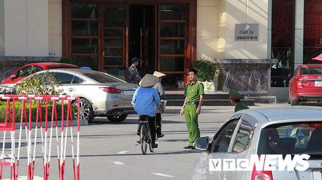 Ảnh: Công an túc trực ngày đêm tại sào huyệt đánh bạc 10.000 tỷ đồng của người Trung Quốc ở Hải Phòng - Ảnh 5.
