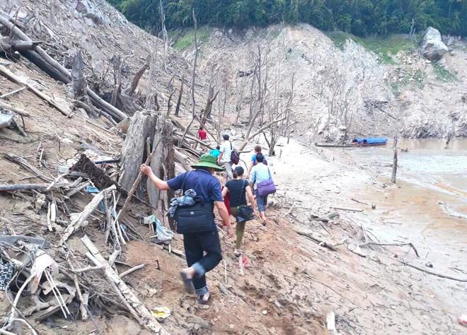 Lòng hồ lớn nhất Bắc Trung Bộ cạn trơ đáy, dân phải lội bùn cả cây số để đi - Ảnh 15.