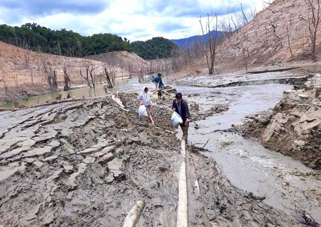 Lòng hồ lớn nhất Bắc Trung Bộ cạn trơ đáy, dân phải lội bùn cả cây số để đi - Ảnh 13.