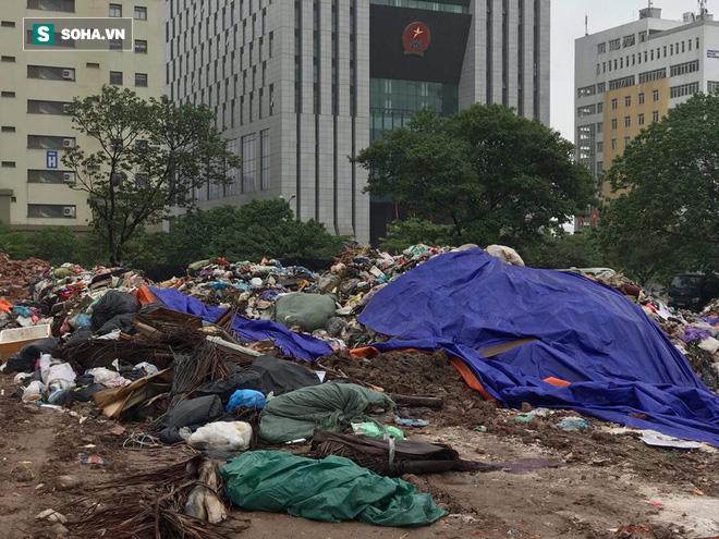 Dân tiếp tục chặn xe vào bãi rác Nam Sơn sau đối thoại, rác trong nội đô tràn xuống đường - Ảnh 4.