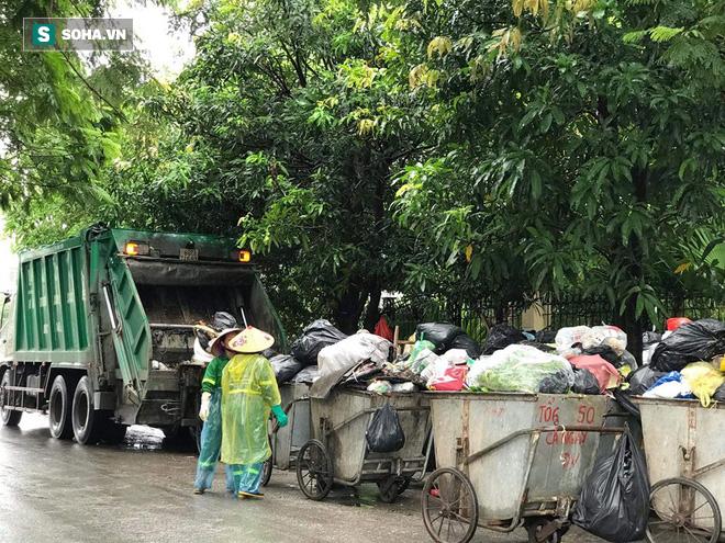 Dân tiếp tục chặn xe vào bãi rác Nam Sơn sau đối thoại, rác trong nội đô tràn xuống đường - Ảnh 7.