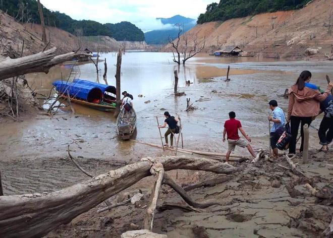 Lòng hồ lớn nhất Bắc Trung Bộ cạn trơ đáy, dân phải lội bùn cả cây số để đi - Ảnh 11.