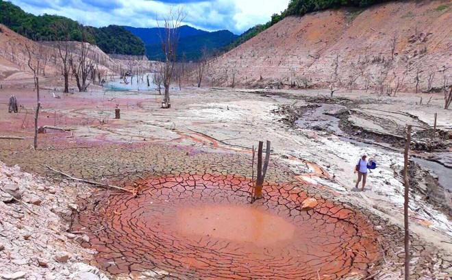 Lòng hồ lớn nhất Bắc Trung Bộ cạn trơ đáy, dân phải lội bùn cả cây số để đi
