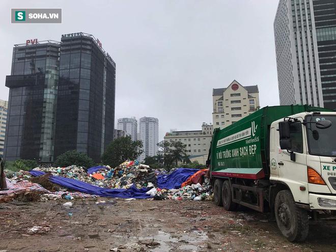 Dân tiếp tục chặn xe vào bãi rác Nam Sơn sau đối thoại, rác trong nội đô tràn xuống đường - Ảnh 3.