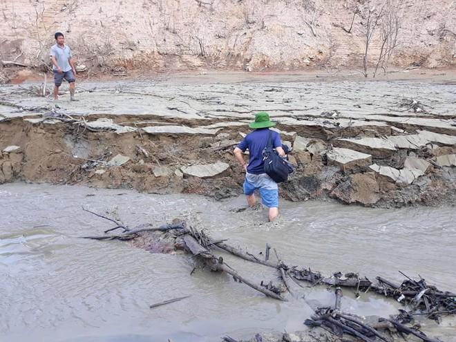 Lòng hồ lớn nhất Bắc Trung Bộ cạn trơ đáy, dân phải lội bùn cả cây số để đi - Ảnh 10.